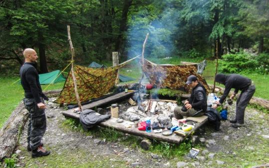 Zubereitung der Eierspeis am Lagerfeuer
