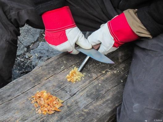 Starten des Feuers mit Feuerstahl und Kienspanstückchen